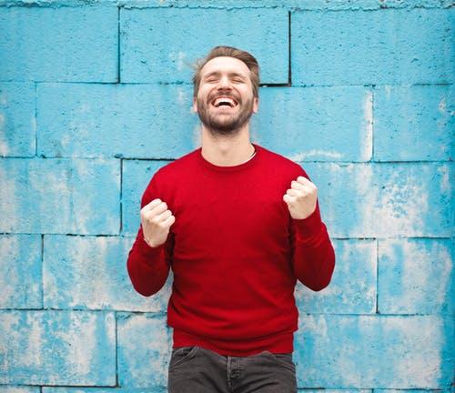 Onnellisuus – Miksi yritysten omistajien ja johtajien kannattaa olla kiinnostuneita yrityksen työntekijöiden onnellisuudesta?